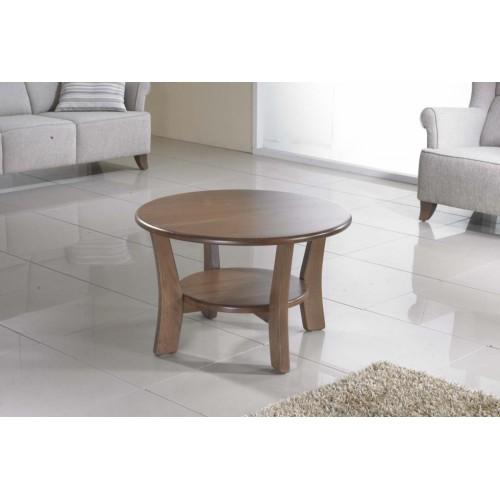 Kulatý stolek ze dřeva v interiéru